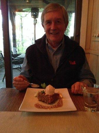 Gideon Ridge Inn : Apple Cake w burnt brown sugar bourbon gelato and caramel sauce - Awesome!