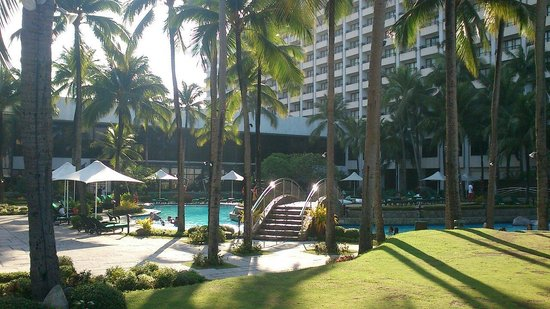 Sofitel Philippine Plaza Manila: Relaxing time at the pool...