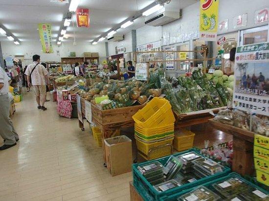 Michi-no-Eki Kyoda Yanbaru Local Products Center: 野菜やフルーツがいっぱい