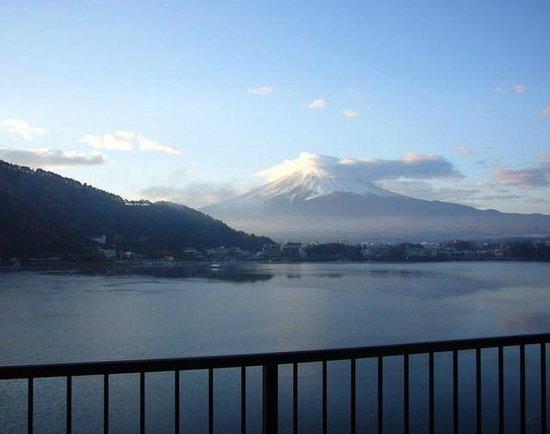 Tominoko Hotel: 部屋からの富士山と河口湖、眺め最高!!