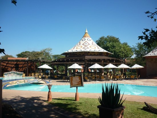 AVANI Victoria Falls Resort: Bar and pool