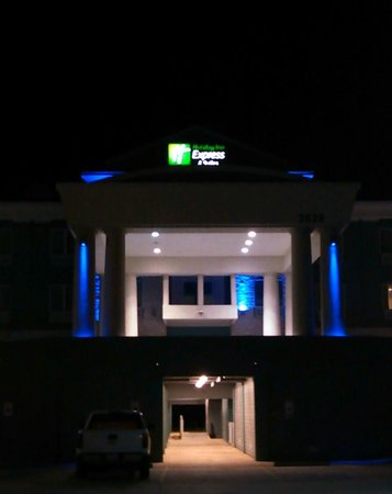 Holiday Inn Express Hotel & Suites Port Lavaca : Hotel at night