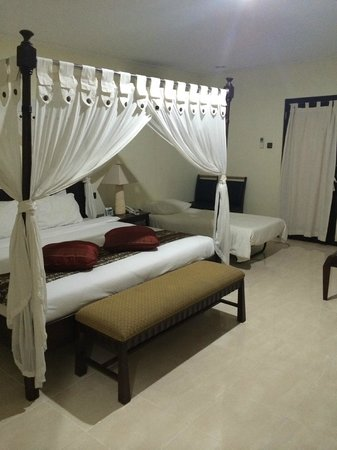 Legong Keraton Beach Hotel: Room with rollaway bed for my child