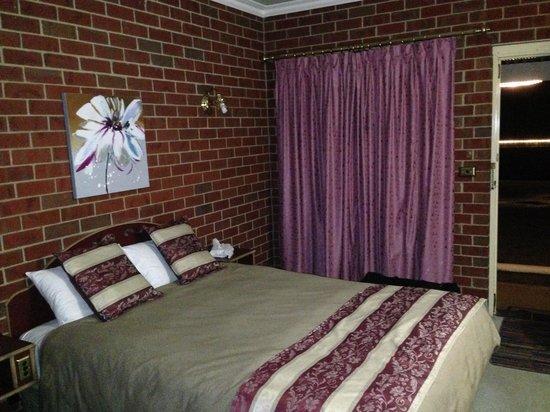 The Elms Motor Inn: Bedroom