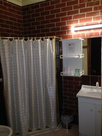 The Elms Motor Inn: Bathroom