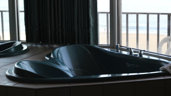 Schooner Inn: Jetted tub in room