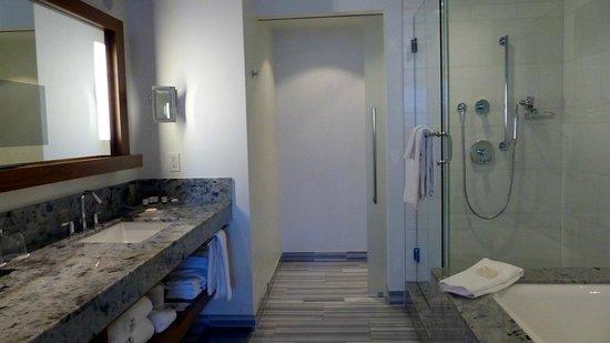 Fairmont Pacific Rim : Signature Harbour View Room - bathroom