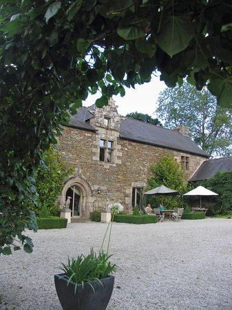 Manoir de Kerledan : Outdoor sitting area - pre-dinner wine