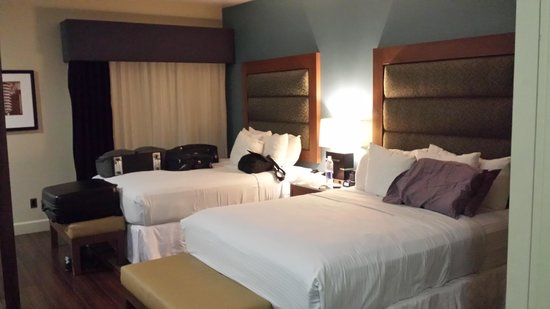 BLVD Hotel & Spa: Queen beds. enough room to share. We used the extra bed to lay our suitcases out on