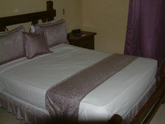 Matum Hotel & Casino : QUEEN-SIZE BED