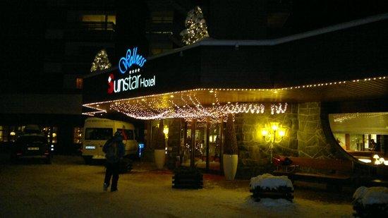Sunstar Alpine Hotel Grindelwald : Вечером у входа в отель