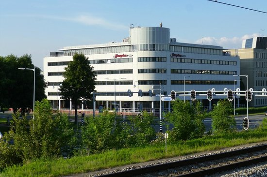Hampton by Hilton Amsterdam Airport Schiphol: Hampton from the train station platform