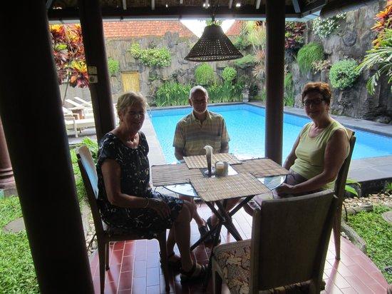 Prambanan Guesthouse: ZICHT OP TUIN EN ZWEMBAD