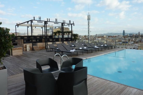 Grand Hotel Central: Rooftop pool, bar & lounging area - great views of Barcelona!
