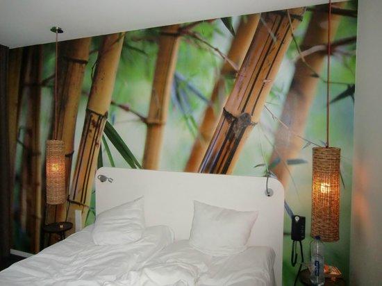 Conscious Hotel Vondelpark: Blick aufs Bett