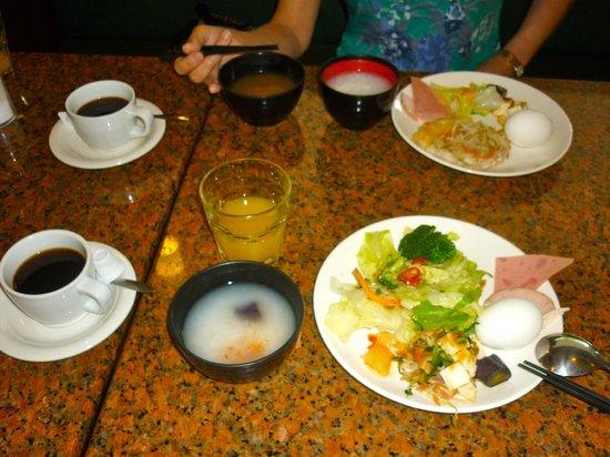 Empress Hotel: 朝食(おかゆにいれる具は、油炒め系が多い)