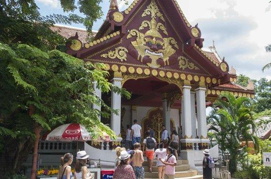 Wat Khunaram (Mummified Monk): Temple entrance
