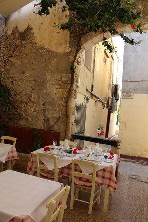 Loggia Taverna Restaurant: garden loggia