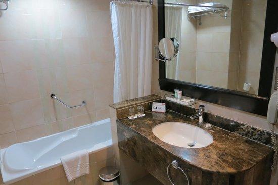 Al Jawhara Gardens Hotel: Bath room