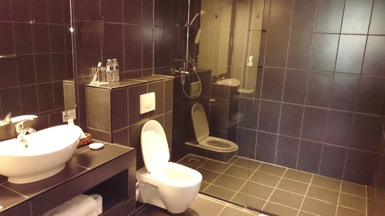 The Henry Hotel Cebu: Toilet and shower