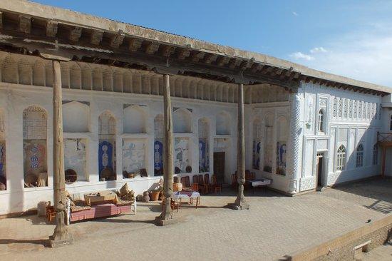 Hovli Poyon: the courtyard