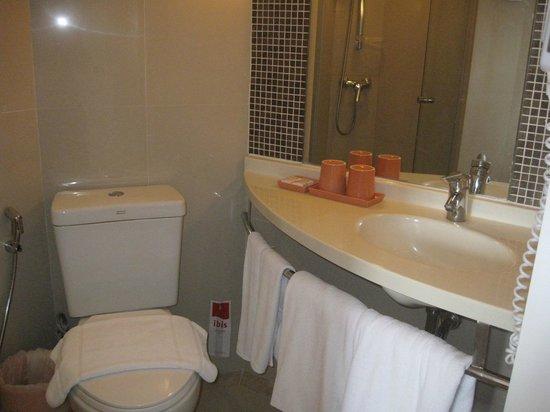 ibis Bangkok Riverside: compact bathroom
