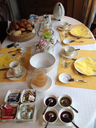 Ter Brugge Bed and Breakfast : Continental breAkfast with fresh apple juice from garden!