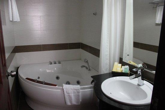 Signature Saigon Hotel: Vaste baignoire-jacuzzi