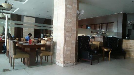 Hotel The Raj : reception counter
