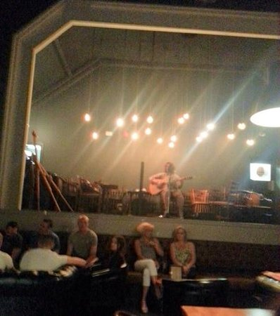 George's Hall Bar & Grill: enjoyed the live music
