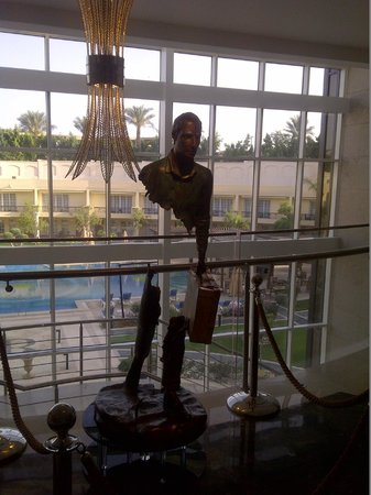 Renaissance Cairo Mirage City Hotel: La statue dans le hall d'accueil