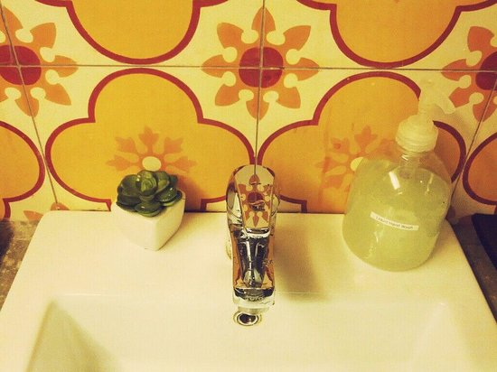 The Yard Boutique Hotel KL : colorful tiles as the wall in water basin