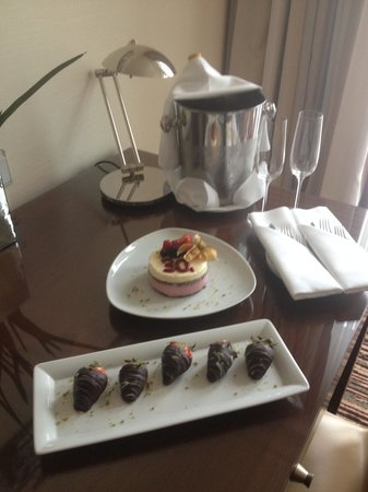 Berlin Marriott Hotel: Surprise gift on arrival for my sisters birthday