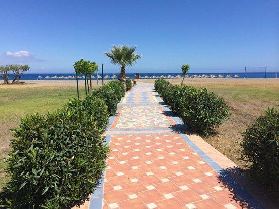 Atrium Palace Thalasso Spa Resort & Villas : mooie strandweg