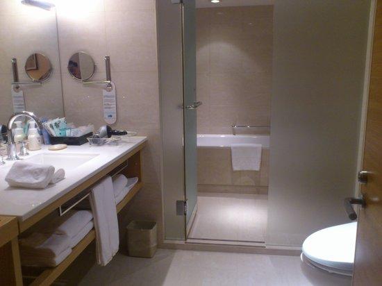 Kobe Portopia Hotel: トイレ、洗面、奥がバスルーム