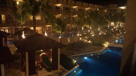 Henann Garden Resort: Pool at night