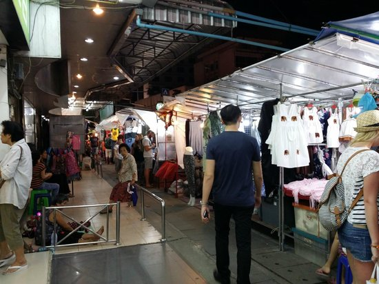 Le Meridien Chiang Mai: Night Market stalls all around the hotel.