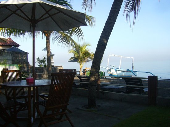 Gede Homestay: The warung view on the beach