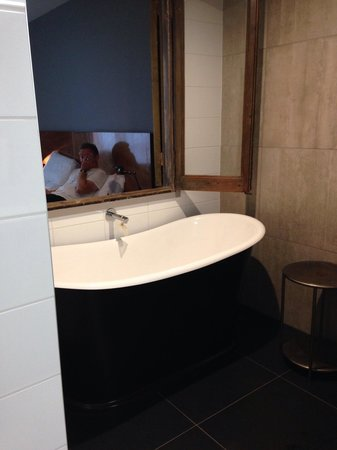 King and Queen Hotel Suites: The lovely bath