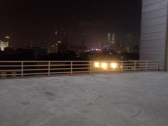 One-Stop Serviced Residence & Office: pemandangan malam hari di depan kamar hotel