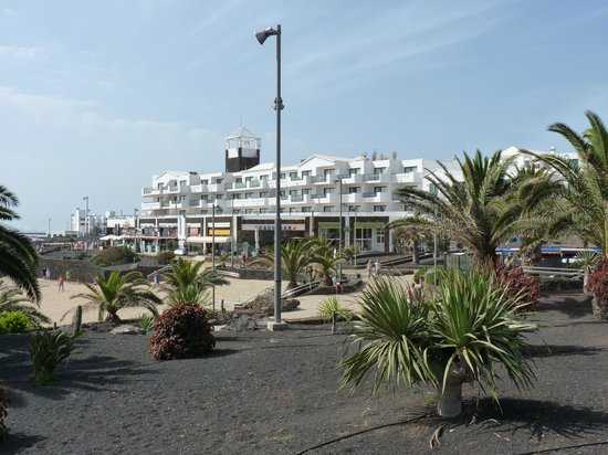 Be Live Experience Lanzarote Beach: view from the beach to the hotel