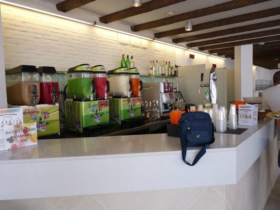 Be Live Experience Lanzarote Beach: well stocked pool bar
