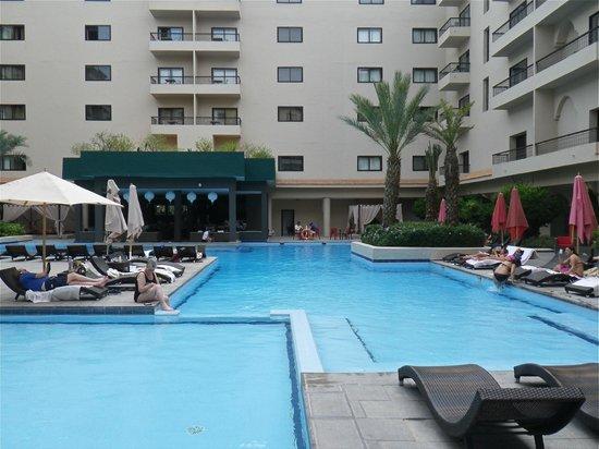 Opera Plaza Hotel: Outside pool
