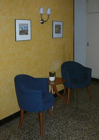هوتل كوندال: зона отдыха на первом этаже