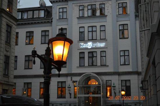 Hotel Kong Arthur : отель вечером