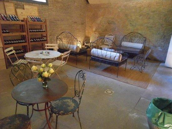 Castello di Lispida: angolo degustazione cantina