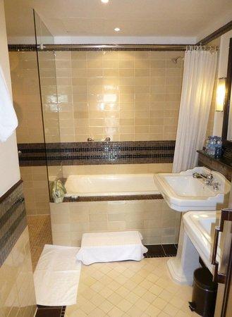La Residence Hue Hotel & Spa: Colonial Suite, Room 301, Bathroom