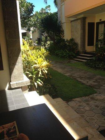 Pelangi Bali Hotel: Photo taken from our balcony/terrace area looking towards pool/restuarant