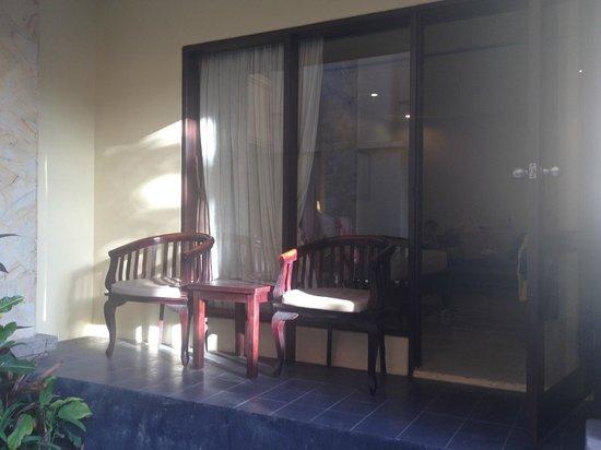 Pelangi Bali Hotel: Balcony terrace area for ground floor super deluxe room