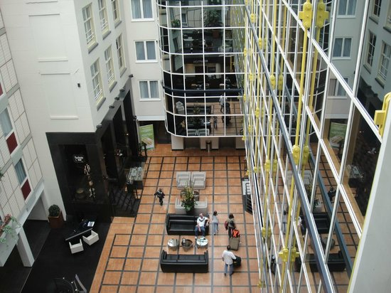 Radisson Blu Hotel, Amsterdam: Lobby, verglast harmoniert mit 4 alten Häusern